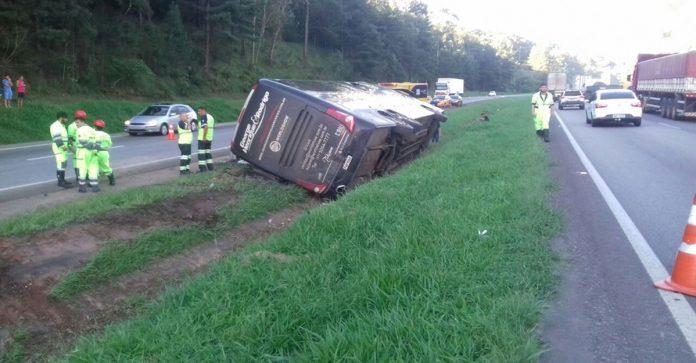 Ônibus de dupla sertaneja sofre acidente