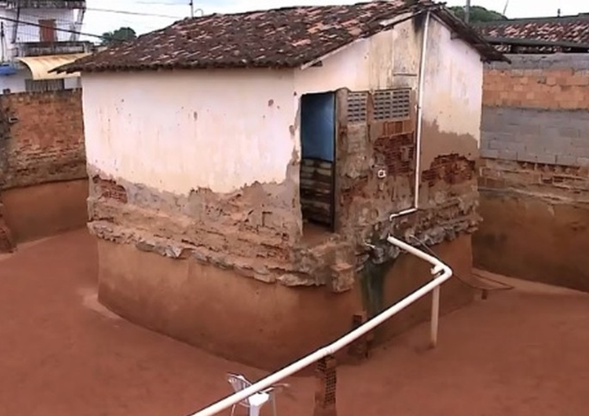 Idosas escavam terreno com colher por oito anos e deixam casa 'ilhada' em Maceió