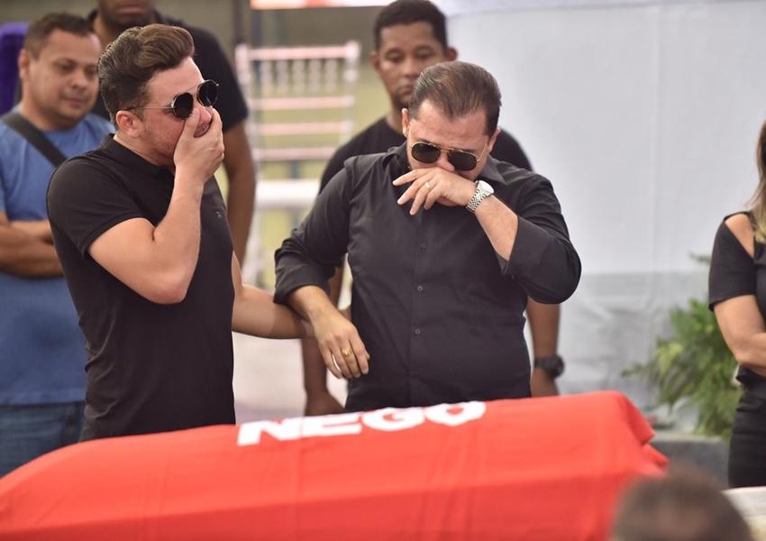 Em velório, Wesley Safadão fica aos prantos ao ver cantor Gabriel Diniz em caixão