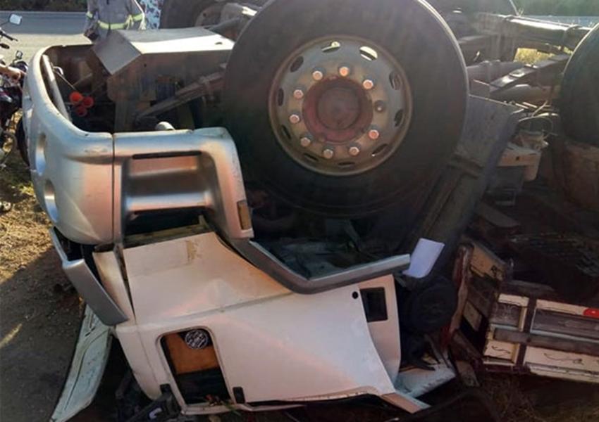 Brumado: Motorista morre após caminhão tombar na rotatória da BR-030