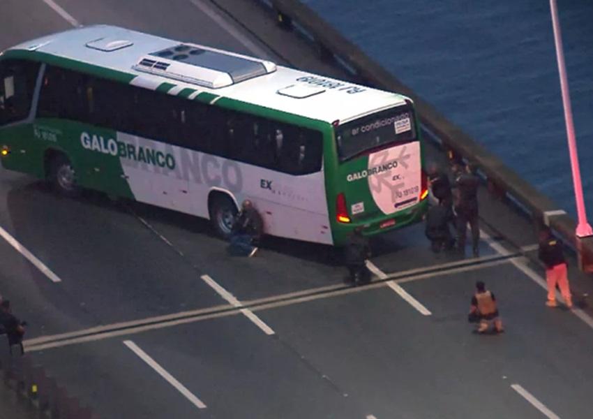 Homem armado faz reféns em ônibus no Rio de Janeiro