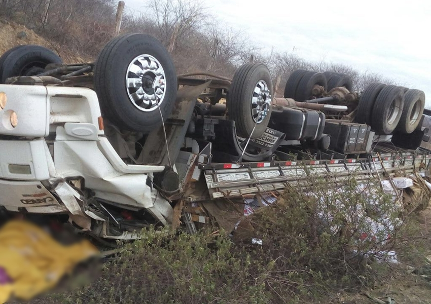 Contendas do Sincorá: Caminhão carregado com carne de charque tombou na BA-026