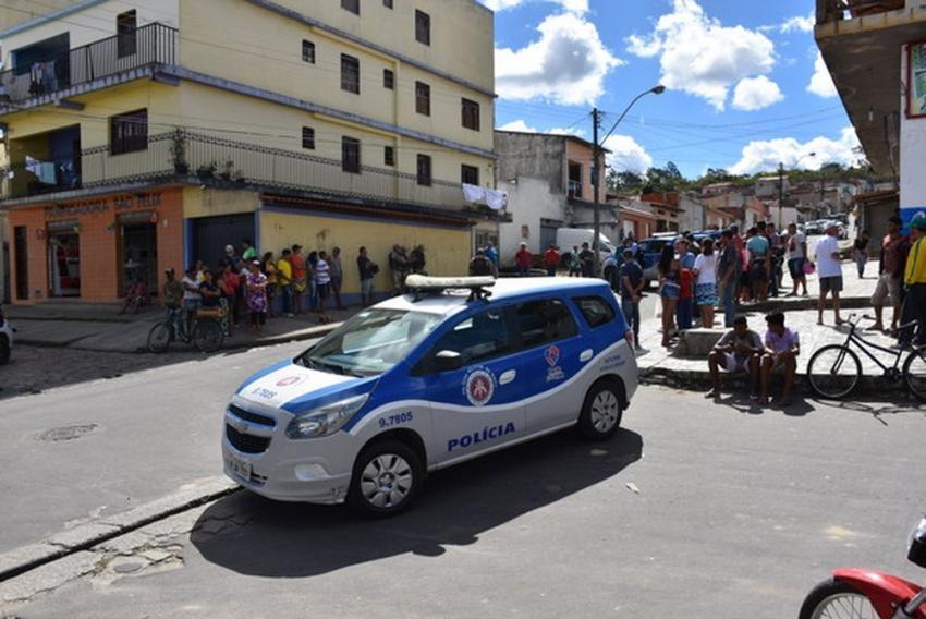 Dois adolescentes são mortos a tiros e outros dois baleados em frente a escola em Vitória da Conquista