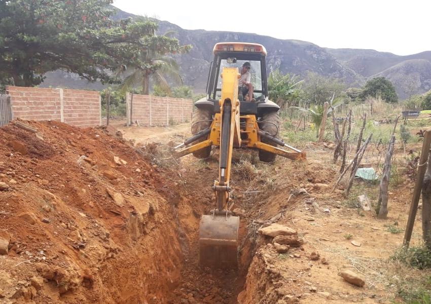 Livramento: Prefeitura realiza serviços de canalização e drenagem em riacho na comunidade de Amola Faca