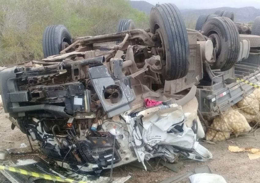 Caminhão de batatas tomba e motorista de 24 anos morre na BR-116