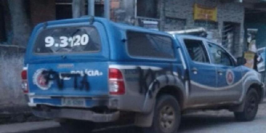 Após tiroteio, viatura da PM é apedrejada e pichada em Salvador