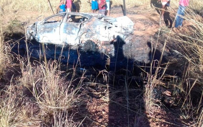 Jovem morre carbonizada após carro bater em árvore e pegar fogo; motorista foi arremessado do veículo
