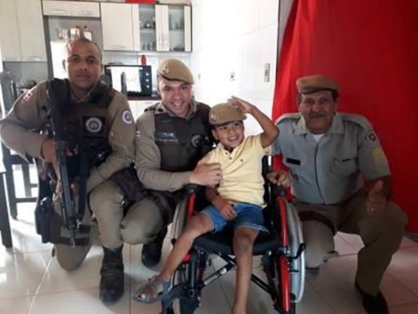 Barra da Estiva: PM realiza sonho de criança doando cadeira de rodas