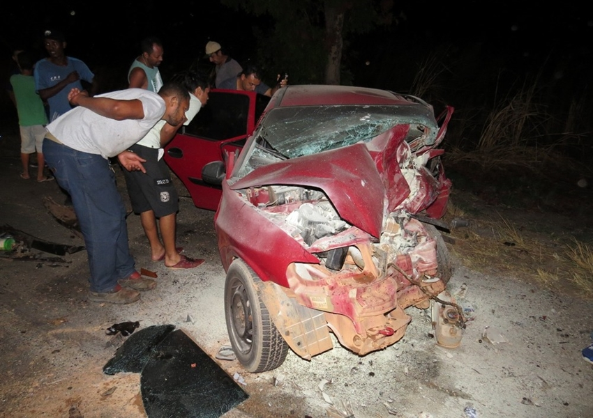 Mulher morre após desviar de pneu em rodovia e bater de frente com outro carro