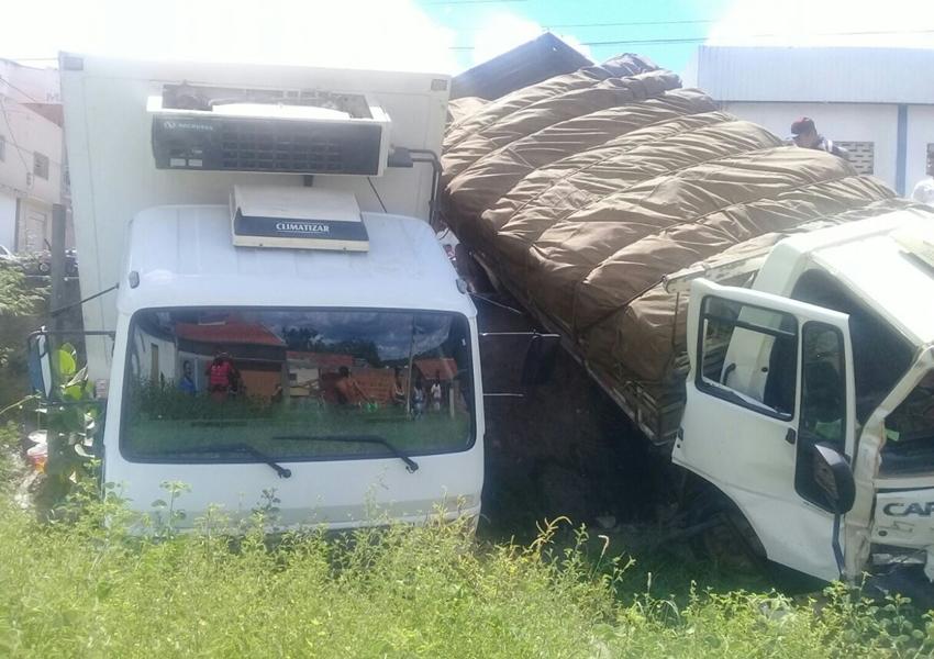Brumado: Com problemas nos freios, caminhão desce rua, atinge outro caminhão e motociclista