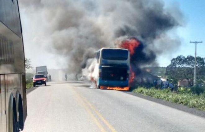 Ônibus da Viação Novo Horizonte pega fogo na Região Sudoeste da Bahia