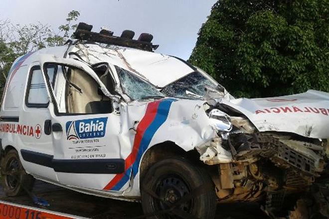 Idosa levada em ambulância morre em acidente na BR-116