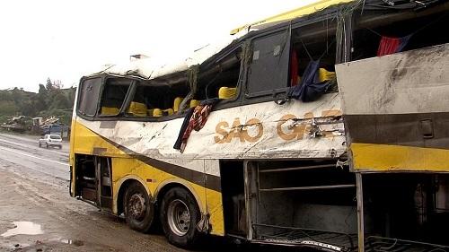 Acidente com ônibus deixa três mortos e 20 feridos na BR-101