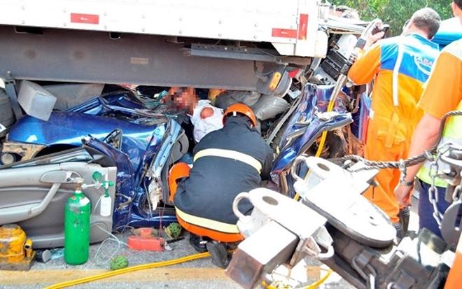 Motorista sobrevive após carro ficar prensado entre carretas na BR-116
