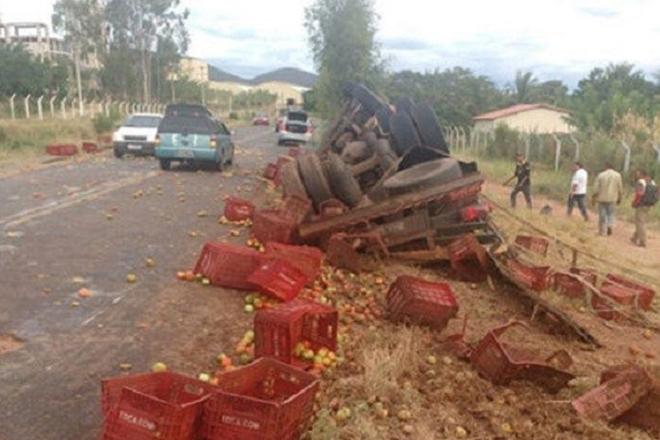 Caminhão carregado de tomate capota em rodovia esburacada, entre Tanhaçu e Ituaçu