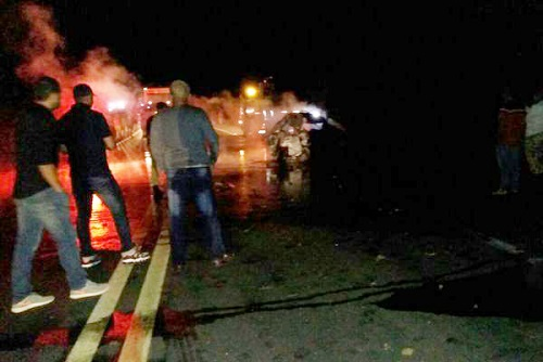 Homem morre carbonizado após batida entre carro e caminhão em Vitória da Conquista