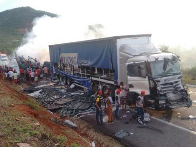 Acidente na BR-116 envolve seis veículos; carga foi saqueada
