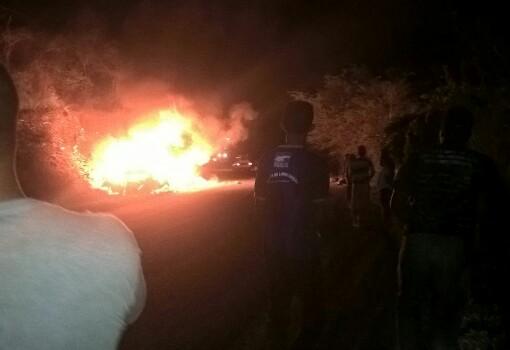 BR-030: veículos pegam fogo após colisão frontal, há vítimas fatais