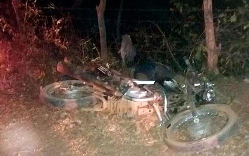 Casal e filho em motocicleta morrem após colisão com caminhonete