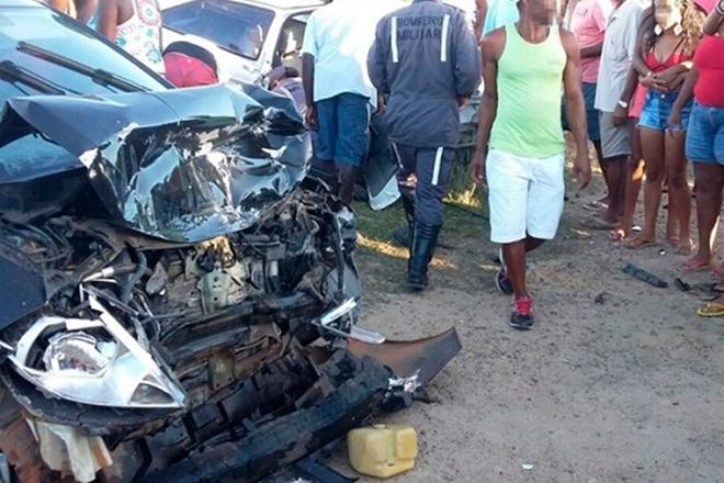 Batida entre dois carros deixa um morto e três feridos