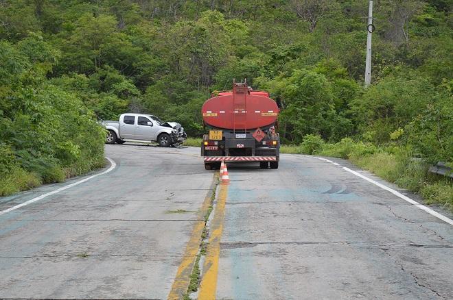BA-148: Carro de passeio colide frontalmente com caminhão na Serra das Almas