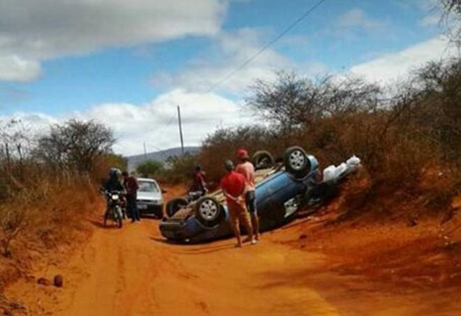 Livramento: motorista perde controle da direção e capota veículo em estrada vicinal