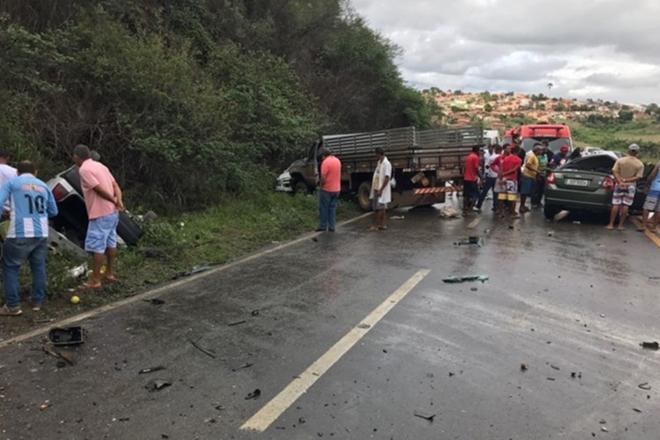 Acidente entre caminhão e carros de passeio deixa três pessoas mortas na Rodovia BR-101