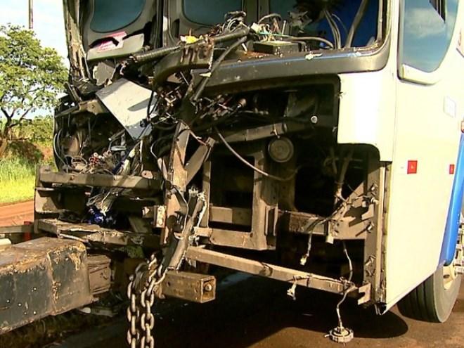 Colisão entre ônibus e caminhão deixa 1 morto e 4 feridos na Anhanguera