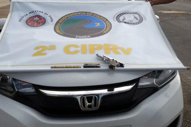 Tanhaçu: PRE detém dupla e apreende arma e munições