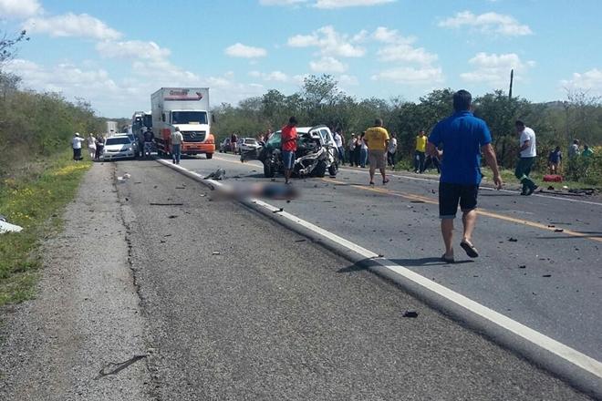 Batida entre dois carros na BR-324 deixa 6 mortos