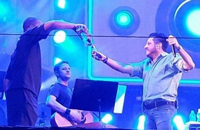 Cantor Bruno, da dupla com Marrone, fica bêbado durante show e deixa fãs revoltados, veja o vídeo