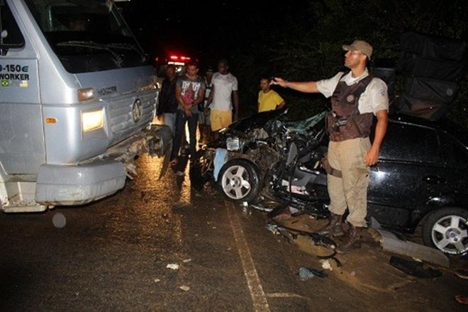 Motorista fica preso às ferragens após acidente na BR-420 - Entre Jaguaquara e Itaquara