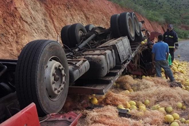 Caminhão carregado de melão tomba na BA-026 e mata motorista