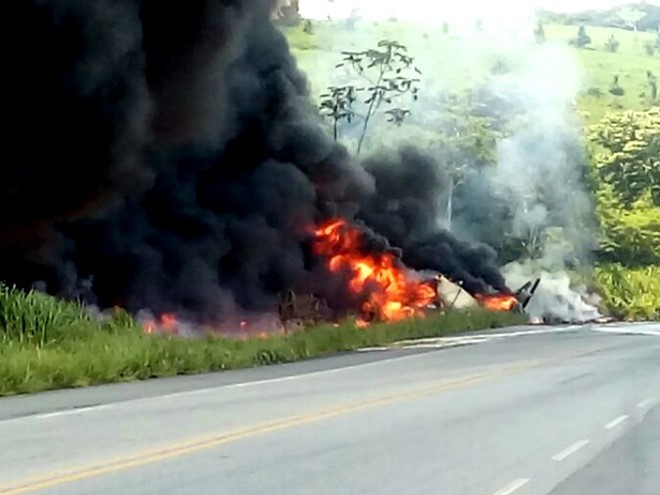 Caminhão tanque tomba, pega fogo e duas pessoas morrem no sul da Bahia