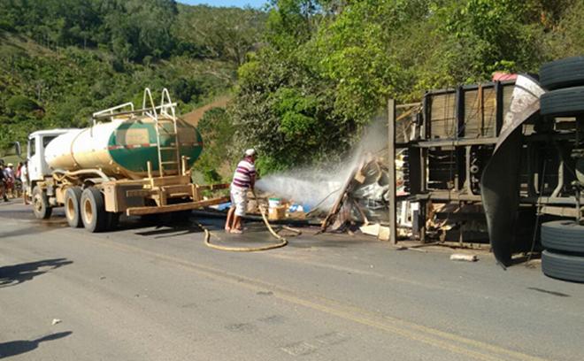 Caminhão atropela ciclista e tomba em curva da BR-420, no trecho da cidade de Ubaíra