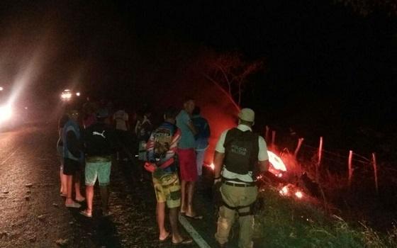 Carro pega fogo após bater em cavalo; motorista fica preso às ferragens e morre carbonizado