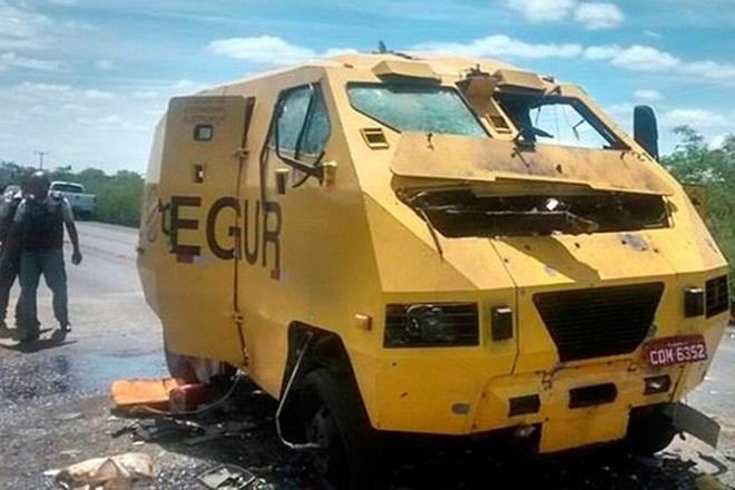 Grupo armado com fuzis explode carro-forte e leva malotes no norte da Bahia