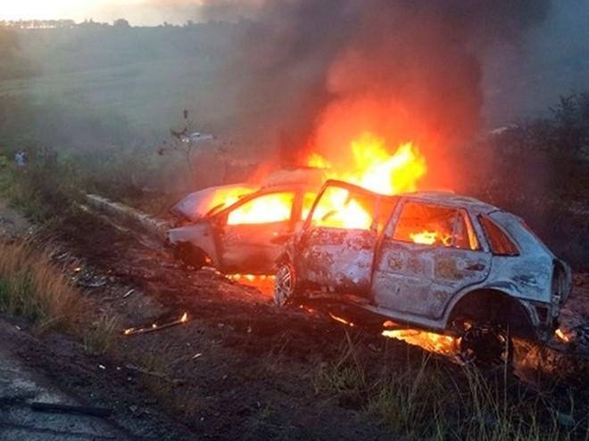 Carros batem de frente, pegam fogo e motoristas morrem na BR-101