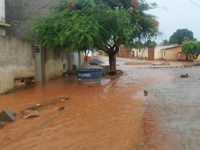 Chuvas interdita via e invade residências em Livramento