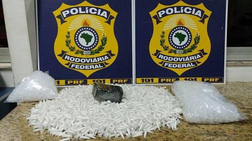 PRF apreende mochila com crack e mais de 2 mil pinos de cocaína em Conquista