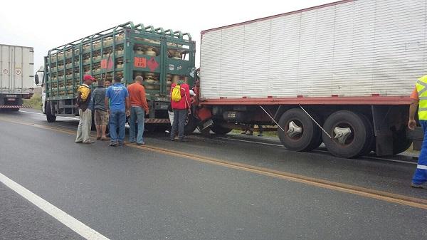 Motorista de caminhão morre em engavetamento na Serra do Mutum