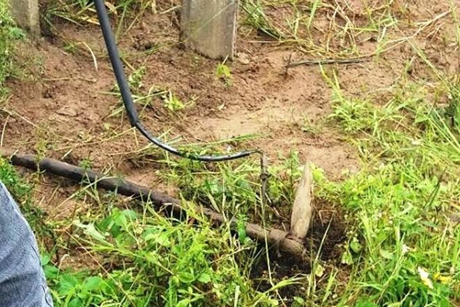 Lavrador morre eletrocutado após acertar enxada em 'fio terra'