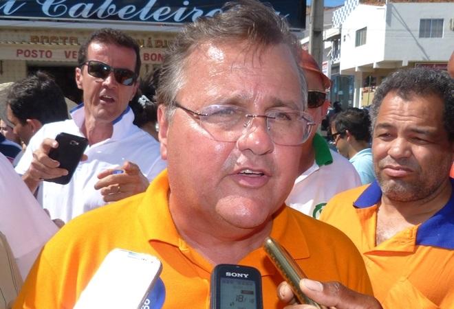 Geddel chora ao receber apoio de líderes partidários