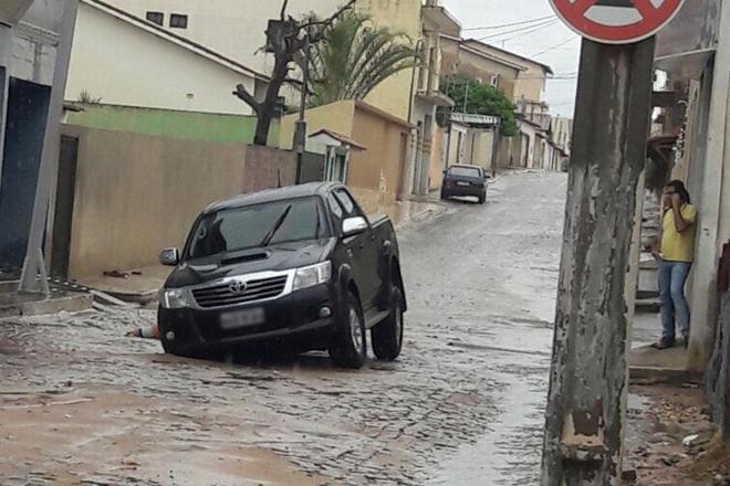 Livramento: Calçamento de rua cede e roda de carro do prefeito de Rio de Contas fica presa em buraco