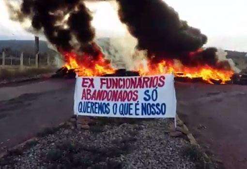 Tanhaçu: trabalhadores demitidos da fábrica de cimento Itaguarana fazem protesto na BA-142