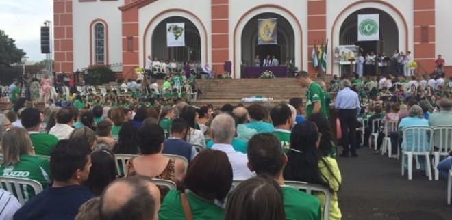 Chapecó reza missa de sétimo dia a céu aberto com 1.500 pessoas