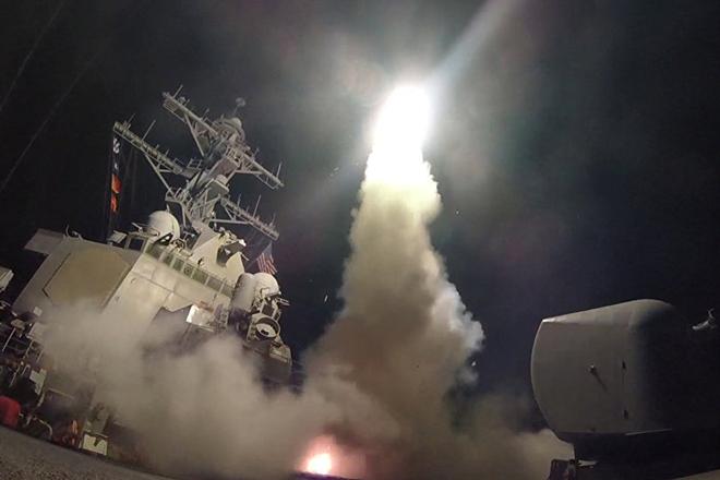 EUA atacaram base aérea na Síria em resposta ao uso de armas químicas, diz Trump
