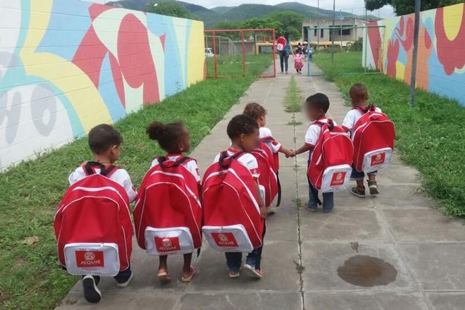 Jequié: Tamanho de mochilas entregues a alunos de creches vira piada na internet