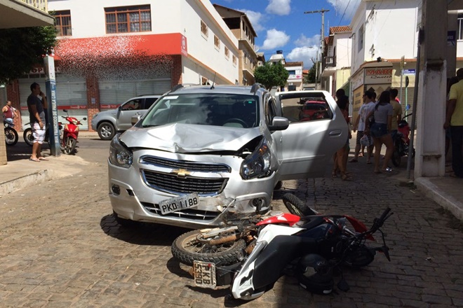 Acidente entre carro e moto deixo uma pessoa ferida em Livramento