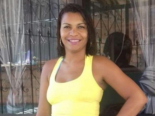 Mulher ouve tiros, vai para varanda de casa e acaba morta ao receber três tiros no peito